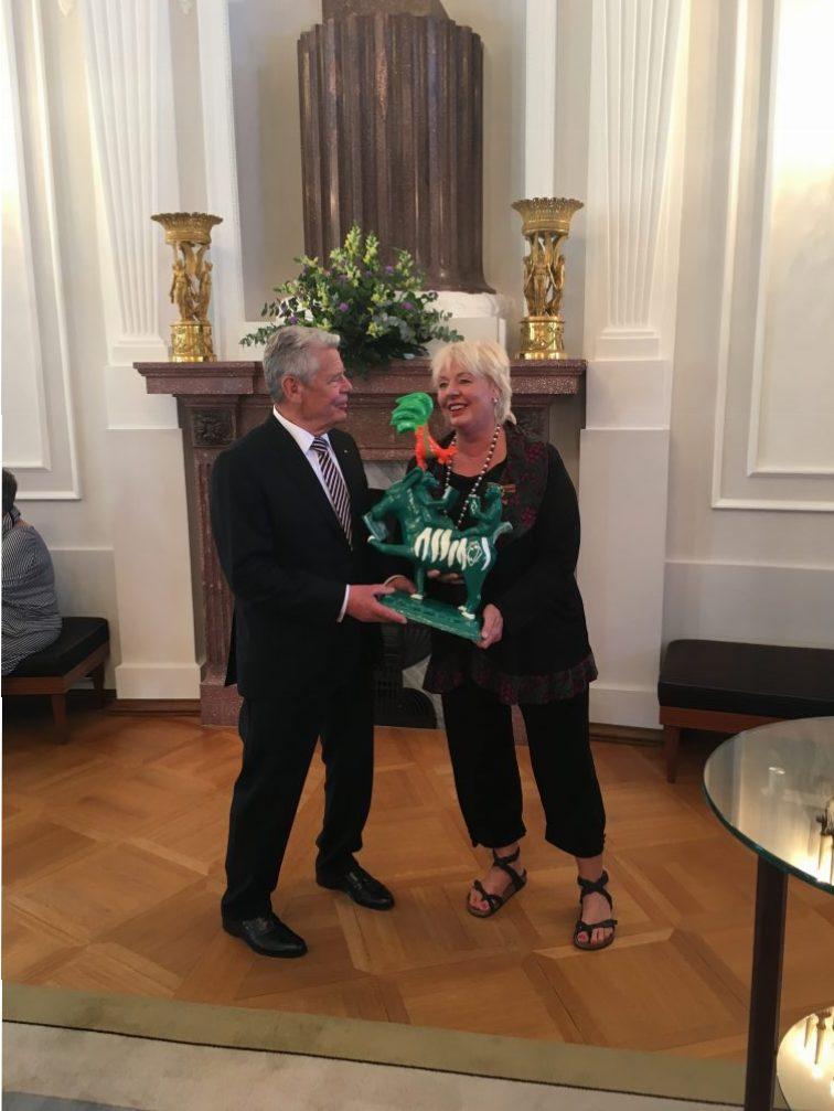 Bundesverdientskreuz Verleihung Ulrike Hoevelmann BremerLeseLust4